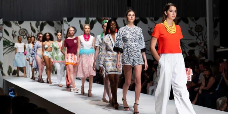 Director de marketing y moda modelo trabajos para viajar