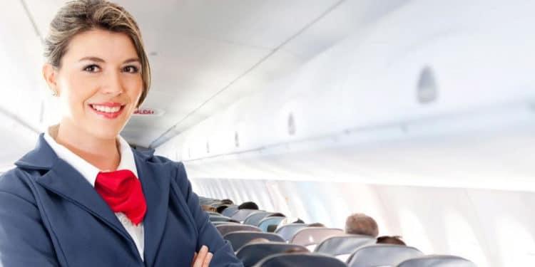 trabajos que te permiten viajar Auxiliar de vuelo Azafata